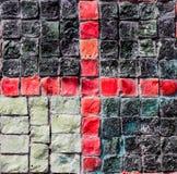 Kleurrijke muur met donkere en gekleurde stenenachtergrond voor ontwerp stock foto