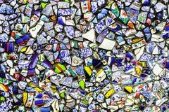 Kleurrijke muur van gebroken aardewerk Stock Afbeeldingen