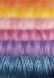 Kleurrijke naaiende draad stock foto