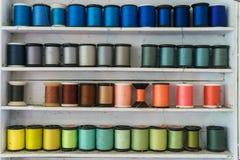 Kleurrijke naaiende draad/Naaiende draad die wordt geschikt Stock Fotografie