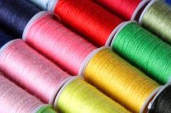 Kleurrijke naaiende draadspoelen Stock Afbeeldingen