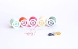 Kleurrijke naaiende draadspoelen Stock Afbeelding