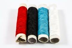 Kleurrijke naaiende draden Stock Foto's
