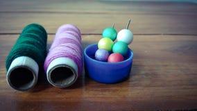Kleurrijke naaiende draden met kleurrijke bellen op houten achtergrond Royalty-vrije Stock Afbeeldingen