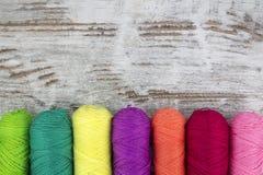 Kleurrijke naaiende dradenachtergrond Stock Afbeeldingen