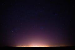 Kleurrijke Nacht Sterrige Hemel boven de Gele Stad stock foto's