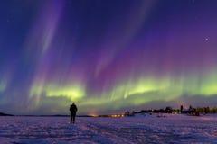 Kleurrijke noordelijke lichten over meer Inari, Finland royalty-vrije stock fotografie