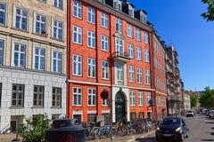 Kleurrijke Nybrogade-Straat op een zonnige Juni-dag stock afbeelding