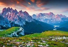 Kleurrijke ochtendmening van de Cadini Di Misurina bergketen Stock Fotografie