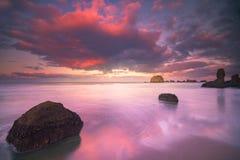 Kleurrijke ochtendwolken bij strand Royalty-vrije Stock Foto