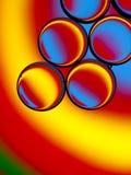 Kleurrijke oliedruppeltjes in water Stock Afbeelding