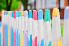 Kleurrijke omheining op de speelplaats stock afbeeldingen