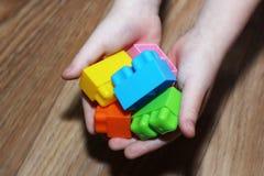 Kleurrijke ontwerper in de handen van kinderen royalty-vrije stock afbeelding