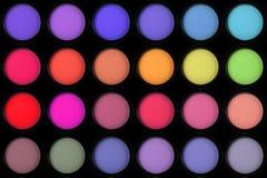 Kleurrijke oogschaduw in zwarte dozen op zwarte Royalty-vrije Stock Foto