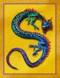 Kleurrijke Oosterse Draak met Gouden Achtergrond Stock Afbeelding