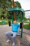 Kleurrijke openluchtgeschiktheidsgymnastiek in openbaar park Royalty-vrije Stock Foto