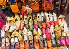 Kleurrijke opslag van schoenen in medina in Tunis stock afbeeldingen