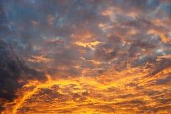 Kleurrijke oranje en blauwe dramatische hemel Royalty-vrije Stock Fotografie