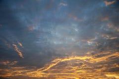 Kleurrijke oranje en blauwe dramatische hemel Stock Afbeelding