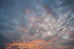 Kleurrijke oranje en blauwe dramatische hemel Stock Foto's