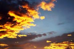 Kleurrijke oranje en blauwe dramatische hemel Stock Foto