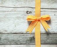 Kleurrijke oranje en witte feestelijke rustieke boog royalty-vrije stock foto