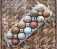 Kleurrijke Organische Eieren stock afbeeldingen