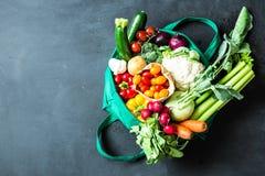 Kleurrijke organische groenten in groene eco het winkelen zak stock foto's