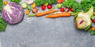 Kleurrijke organische groenten voor het gezonde eten op rustieke achtergrond, hoogste mening, banner Royalty-vrije Stock Foto