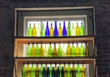 Kleurrijke oude antieke flessen allen op een rij! Stock Fotografie