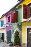 Kleurrijke oude huizen stock afbeeldingen