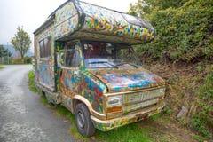 Kleurrijke oude in openlucht geparkeerde kampeerauto stock afbeelding
