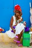 Kleurrijke oude zwarte dame met een fijne Cubaanse sigaar Stock Foto