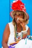 Kleurrijke oude zwarte dame met een fijne Cubaanse sigaar Royalty-vrije Stock Fotografie
