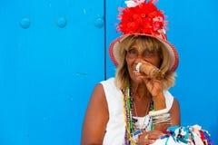 Kleurrijke oude zwarte dame met een fijne Cubaanse sigaar Stock Fotografie