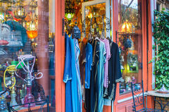 Kleurrijke overhemden die buiten de Aziatische winkel van het Oosten in Parijs, Frankrijk hangen Royalty-vrije Stock Fotografie