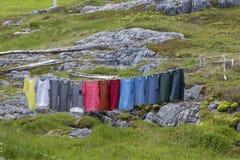 Kleurrijke overhemden op waslijn Royalty-vrije Stock Foto's