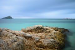 Kleurrijke overzeese rotsen royalty-vrije stock afbeelding
