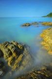 Kleurrijke overzeese rotsen stock foto's