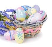 Kleurrijke Paaseieren, Bloemen en Mand Stock Afbeelding