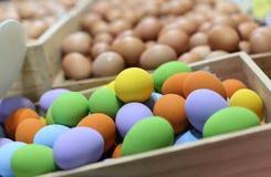 Kleurrijke paaseieren in de houten doos op onduidelijk beeldachtergrond Stock Foto's