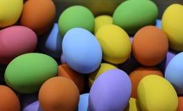 Kleurrijke paaseieren in de houten doos op onduidelijk beeldachtergrond Stock Fotografie