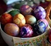 Kleurrijke Paaseieren in een mand Royalty-vrije Stock Afbeeldingen