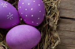 Kleurrijke Paaseieren in een nest Stock Afbeeldingen