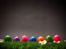 Kleurrijke Paaseieren in een rij Stock Afbeeldingen