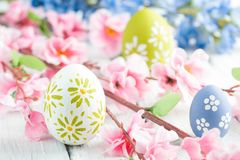 Kleurrijke paaseieren en bloemen Stock Afbeelding