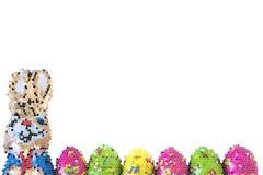 Kleurrijke paaseieren en konijntjesachtergrond stock illustratie
