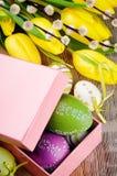 Kleurrijke Paaseieren in giftdoos royalty-vrije stock afbeelding