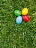 Kleurrijke paaseieren in gras stock afbeelding