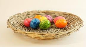 Kleurrijke paaseieren in mand royalty-vrije stock afbeelding